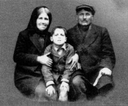 Будущий Старец Паисий Святогорец в пятилетнем возрасте с родителями.