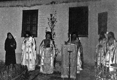 Старец в стречает Пасху вместе со своими учениками.
