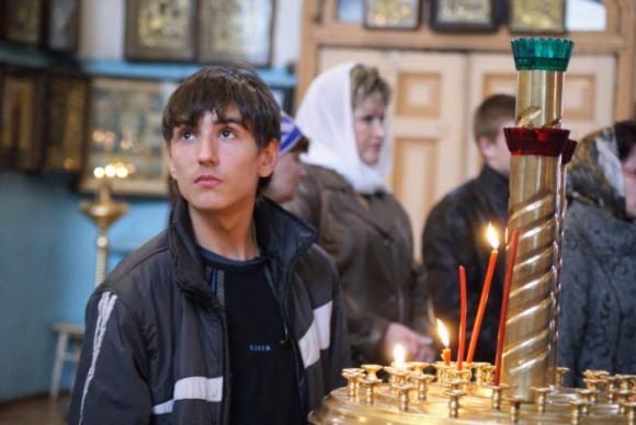 Подросток в храме