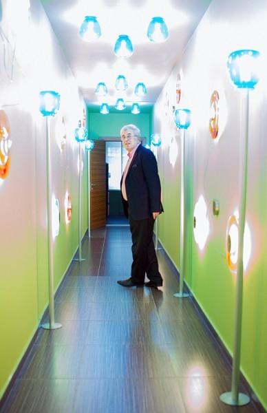 Евгений Ямбург в коридоре, ведущем в сенсорную комнату