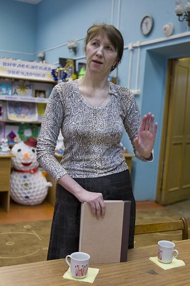 Нина Алексеевна заведующая отделом обслуживания, работает в библиотеке уже 20 лет, рассказала о том, что библиотека, кроме обычной режимной работы в помещениях занимается и выездными акциями. Книги выносят на улицы г.Гагарин, тем самым способствуя популяризации чтения среди местных жителей.