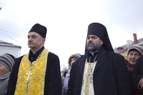 Благочинный Гагаринского округа игумен Александр (Карпиков)  (справа)
