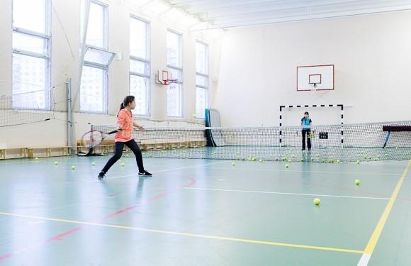 Тренировки по теннису в спортзале