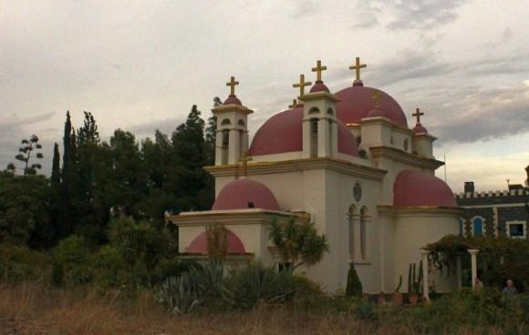 Капернаум. Храм Двенадцати апостолов на берегу Галилейского моря (оз. Кенерет). Построен в 1925, полностью перестроен к 1995 г.