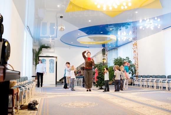 Воспитатель разучивает к Новому году танец с детьми