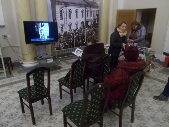 Посетители выставки смотрят фильм о событиях 20-х годов