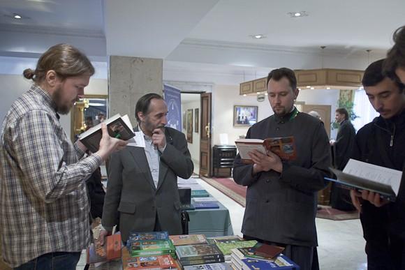 Возле стола регистрации участников – небольшой книжный развал. В продаже – материалы предыдущих конференций и богословская литература