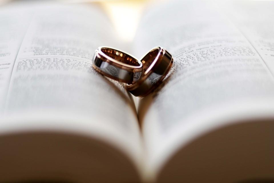 На какой руке носят обручальное кольцо - на левой или на правой?