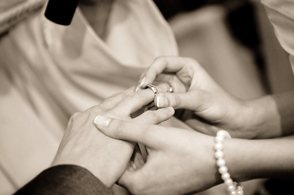 На какой руке носят обручальное кольцо - ответы на вопросы