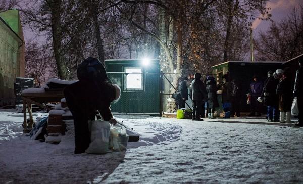 Ангар милосердия открывается в семь часов. Сейчас еще только 18.30, но возле ворот, ограничивающих вход в ангар, уже стоят люди
