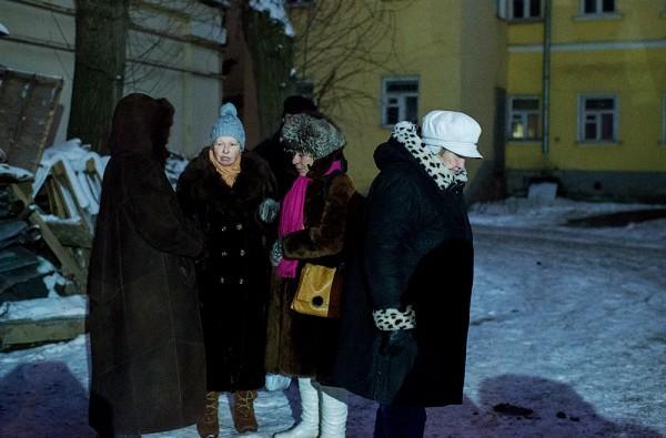 Женщины стоят отдельной группой. Их запустят после открытия внутрь первыми. Правила приличия сохраняются и среди этих людей