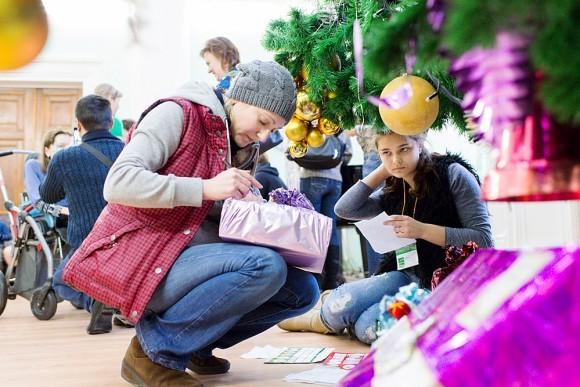 Организаторы тем временем подписывали и раскладывали подарки для каждого ребенка под елку