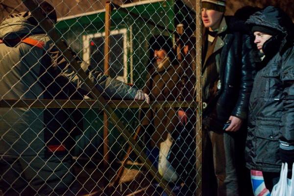 В 19.00 охранники начинают запускать бездомных внутрь группами по пять человек