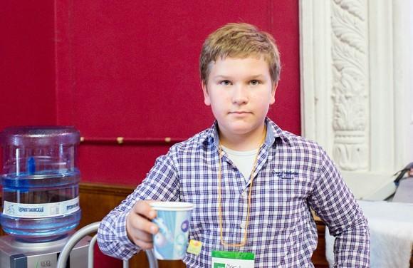 Волонтер Вася весь день разливал напитки — воду, чай и соки