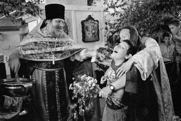 Алексей Мякишев. Троица. Отец Владимир окропляет святой водой мальчика, больного аутизмом.