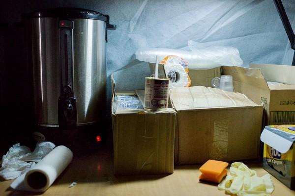 В углу палатки — горячие титаны с кипятком, пластиковые стаканчики, печенье. Но еду пока не дают: сегодня не пришло еще ни одного волонтера, и некому заниматься едой