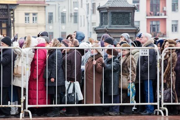 Чем ближе ко входу, тем плотнее стоят люди