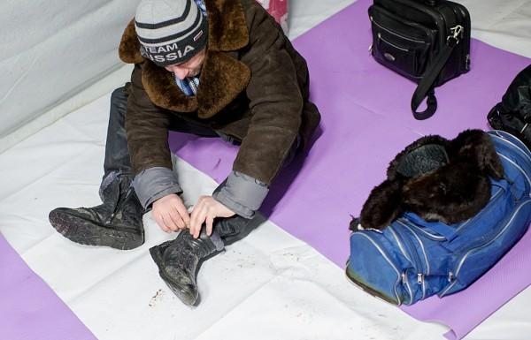 Поначалу бездомные располагаются свободно. Среди них – Сына, нареченный сын Бати