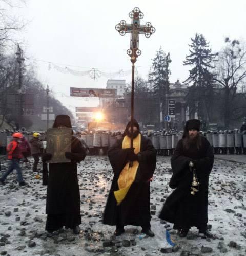 Украинские священники вышли на Майдан и помешали кровопролитию