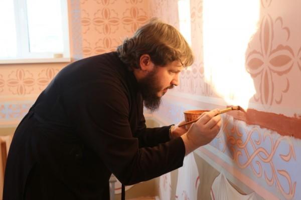 Епископ Амурский Николай принял участие в росписи храма