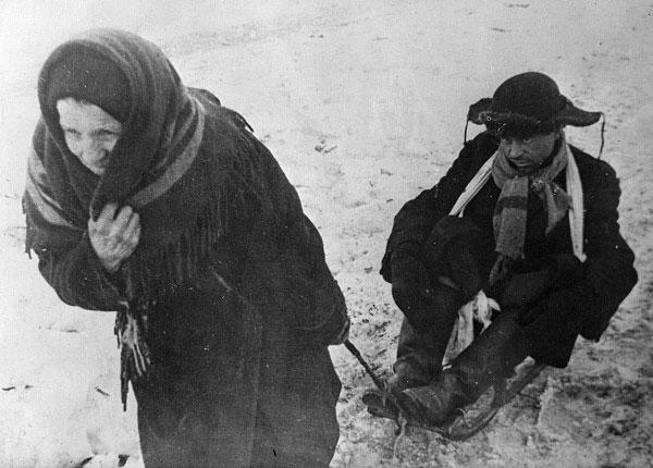 1 февраля 1942г. Пожилая женщина везет на санках истощенного от  голода мужчину. Ленинград в дни блокады. Фото: Интерфакс