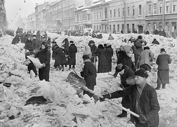 8 марта 1942г. Ленинградцы расчищают улицы родного города после первой блокадной зимы.