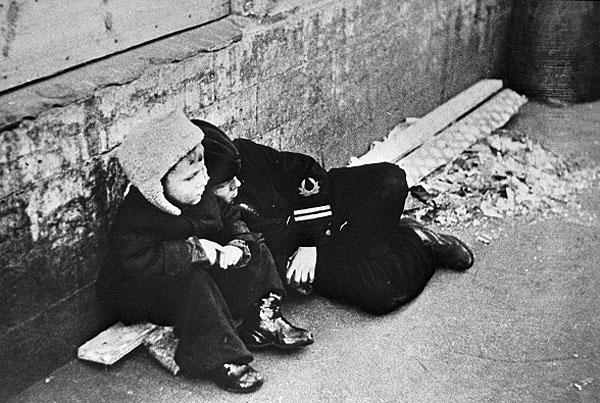 1 октября 1942г. Дети сидят возле каменной стены. Фото: Интерфакс