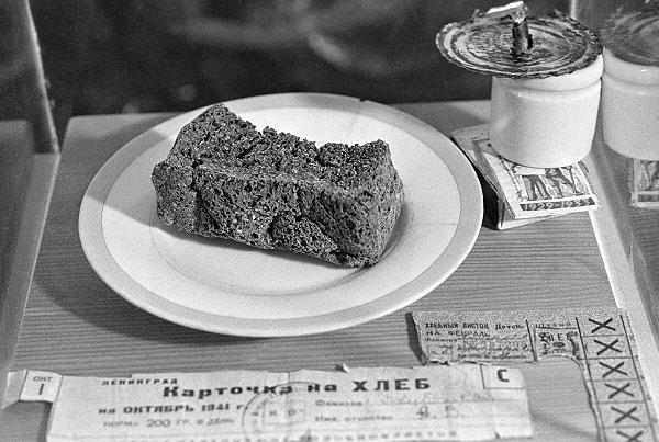 Блокадный хлеб и хлебные карточки времен Великой Отечественной войны в музее истории хлебопечения. Фото: Интерфакс