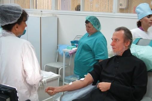 Митрополит Хабаровский Игнатий сдал кровь и призвал к донорству духовенство