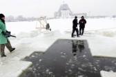 Главврач России рассказал, кому противопоказаны Крещенские купания