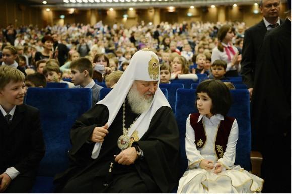 Патриарх Кирилл обратился к верующим с просьбой удочерить девочку – сироту