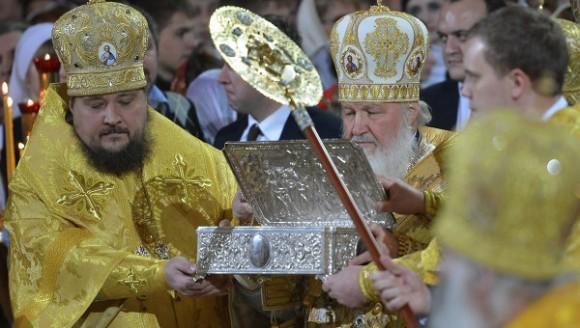 Перед началом Рождественского богослужения Святейший Патриарх Кирилл возглавил встречу Даров волхвов в Храме Христа Спасителя