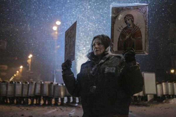 """Монахи вновь встали между баррикадами и """"Беркутом"""" – объявлено перемирие"""