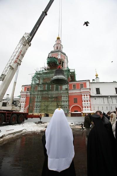 Утреннее великопостное богослужение и установка «Большого» колокола на колокольню Свято-Данилова монастыря