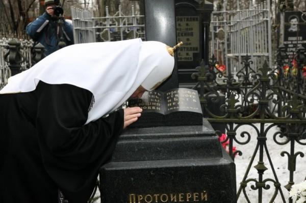 Визит Святейшего Патриарха Кирилла в Санкт-Петербург. Лития на могиле родителей Его Святейшества