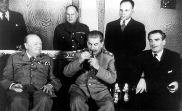 Председатель СНК СССР и председатель ГКО СССР И.В. Сталин и премьер-министр Великобритании У. Черчилль на двусторонних переговорах, проходивших в Москве в октябре 1944 года