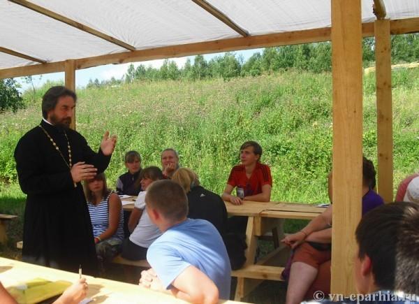 Прот. Сергий Мельников беседует с молодёжью. Фото: vn-eparhia.ru