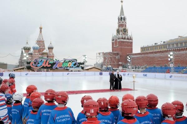 Вручение Святейшим Патриархом Кириллом наград участникам мини-турнира по хоккею с мячом на Красной площади