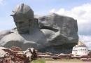 Памятник воина Брестской крепости и ненависть к Америке