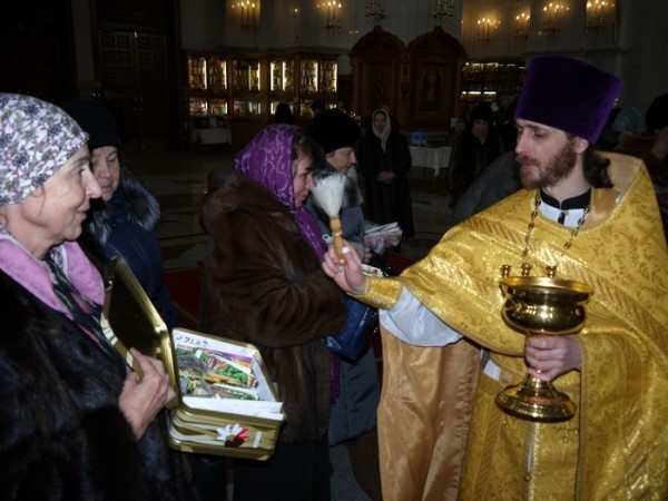 В Хабаровске начали освящать семена к дачному сезону
