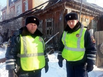 В Башкирии сотрудники ДПС спасли пенсионера из огня