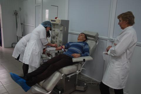 Священнослужители и семинаристы сдают кровь для пострадавших в Киеве