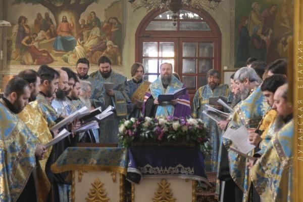 Архиепископ Луганский и Алчевский Митрофан возглавил молитву о мире в Украине