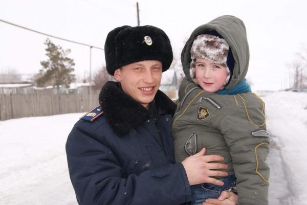 В Кемеровской области участковый спас ребенка, провалившегося в воду