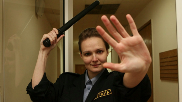 Охранникам в московских школах раздадут электрошокеры и дубинки