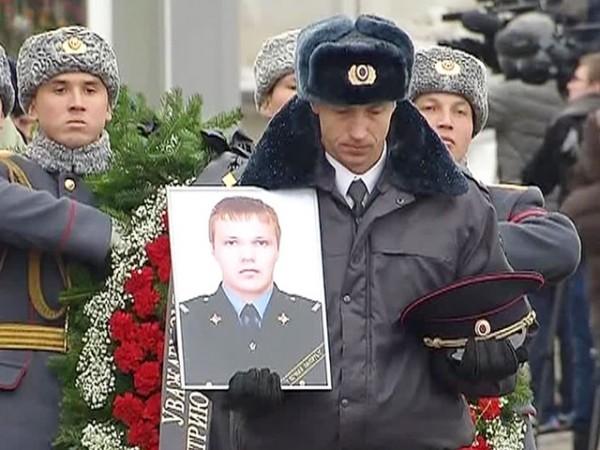Патриарх Кирилл вручил орден Дмитрия Донского матери полицейского, спасшего людей в Волгограде