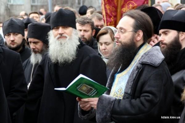 У входа в Киево-Печерскую Лавру отслужен молебен