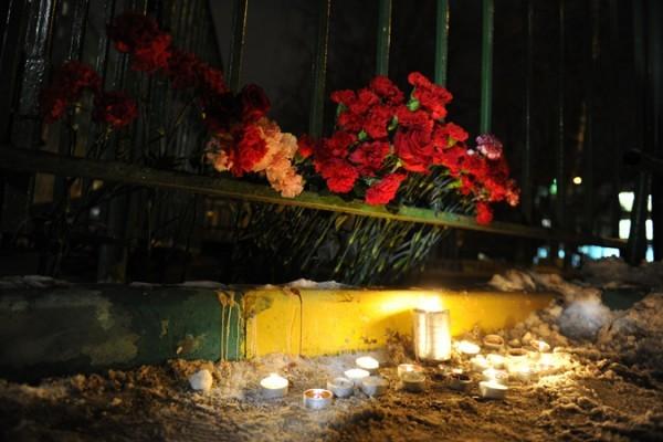 У школы на месте трагедии зажигают свечи