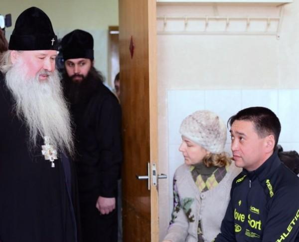 Архиепископ Южно-Сахалинский Тихон навестил в больнице пострадавших от стрельбы в соборе прихожан