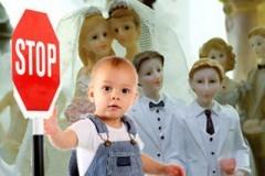 Принят закон, ограничивающий усыновление детей однополыми парами